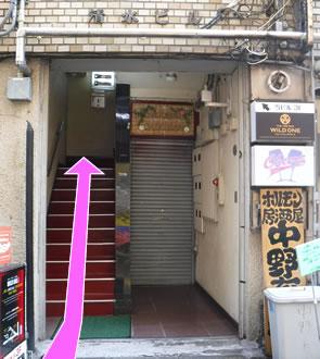 ビルの階段を3階まで昇ると「VIBE BAR」の入口